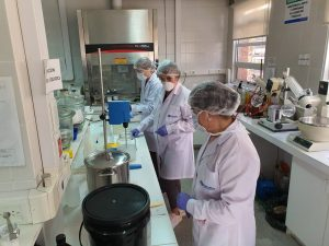 La UNCo fabrica alcohol en gel para la administración pública