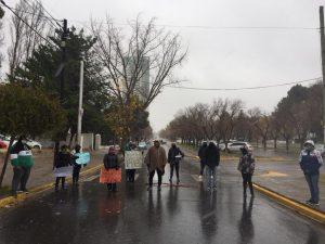 Trabajadores del ADOS cortan la Avenida Argentina
